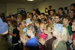 Přivítání fotbalistek v základní škole v Mutěnicích.