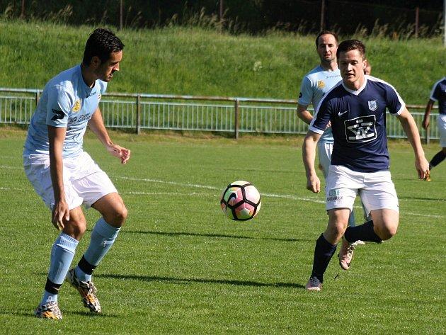 Záložník FC Veselí nad Moravou David Joch (na snímku vpravo) se v přípravném zápase se slovenskými Gbely blýskl dvěma brankami.