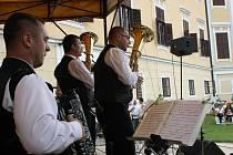 Stovky milovníků dechové hudby si v neděli v podvečer našly cestu do areálu milotického zámku. Uskutečnil se tam totiž první ročník festivalu Zbořilovy Milotice.