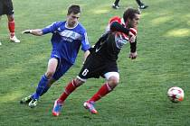Záložník Bzence Radek Šifel (vpravo) utíká mladému středopolaři Kyjova. Slovan nakonec v derby vyhrál 1:0.
