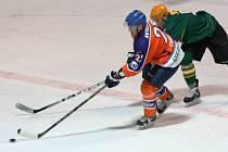 Hodonínští hokejisté (oranžovo-modré dresy) doma hostili ve 36. kole druhé ligy silný Vsetín. Úvodní branka středečního utkání padla hned v první minutě.