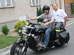 Štamgasti přijeli do vacenovické hospody U Zubra na motorkách.