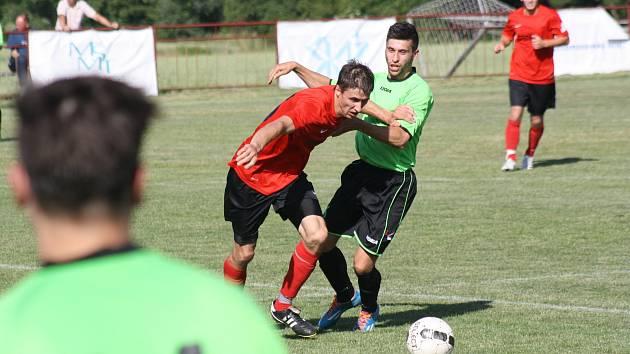 Fotbalisté Velké nad Veličkou (v červených dresech) si vítězství v první B třídě pojistili remízou 1:1 na hřišti Lovčic. Triumf v nejnižší krajské soutěži si vychutnávali společně s věrnými příznivci.