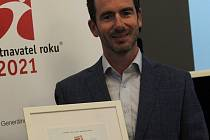Lukáš Maňásek přebírá první cenu v kategorii do pěti set zaměstnanců Sodexo Zaměstnavatel regionu v Jihomoravském kraji, a to v Archlebově.