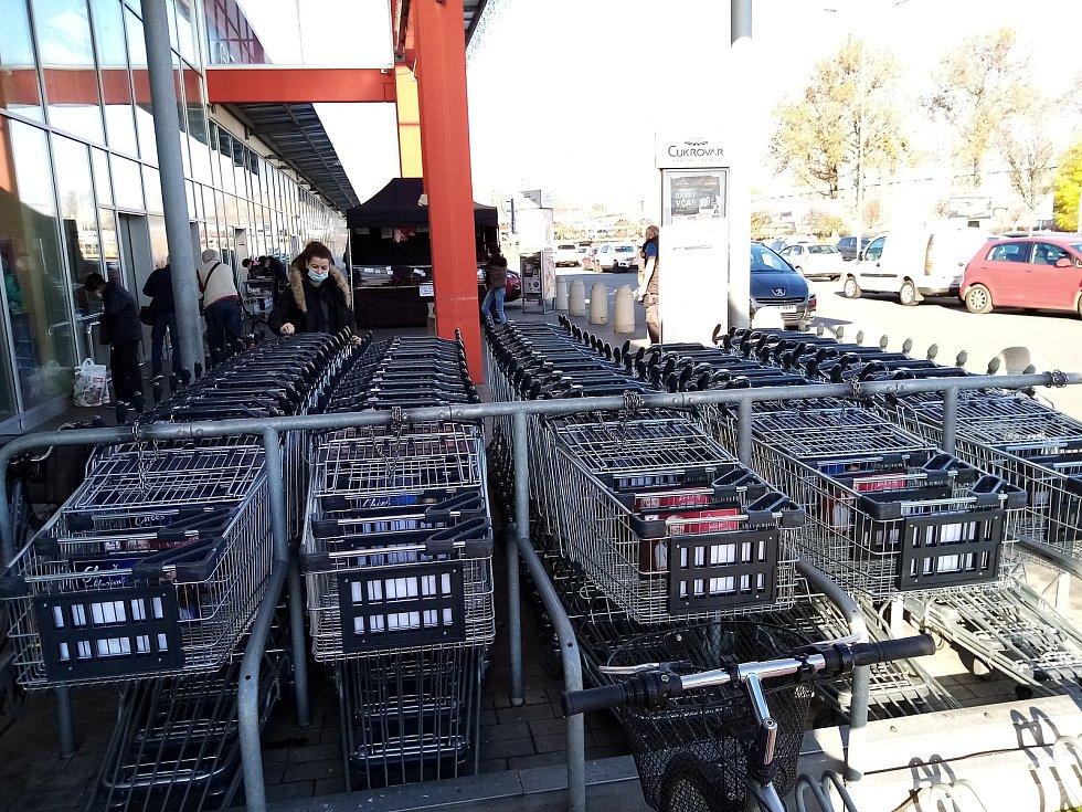 Zákazníci hodonínských supermarketů si ve středu museli kvůli vládním nařízením zvyknout na řadu novinek u nákupních vozíků.