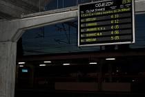 Na světelné tabuly na hodonínském vlakovém nádraží naskočily odjezdy první pátečních vlaků.
