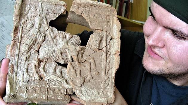 Pracovník muzea ukazuje mikulčický kachel z 15. století.