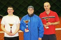 Trojice nejlepších tenistů ze třetího turnaje kyjovské ligy rekreantů. Vlevo druhý Radek Kohoutek,uprostřed první Jiří Blahynka vpravo třetí Radek Ševčík.