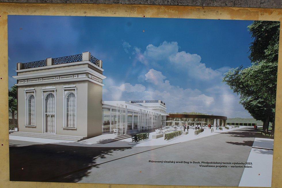 Místo budoucího kulturně-vzdělávacího vinařského areálu ve Veselí nad Moravou a jeho okolí koncem července 2021. Vizualizace.
