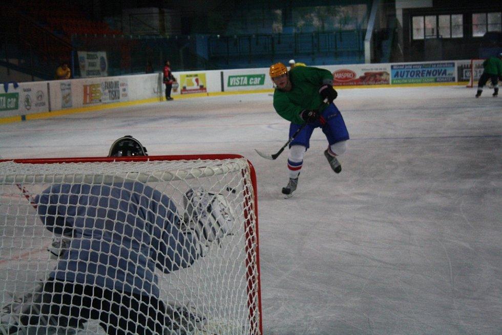 Hokejisté druholigového Hodonína v pondělí absolvovali první trénink na nové ledové ploše. Trenéři Drtičů, Jan Prčík s Petrem Krupicou, měli k dispozici téměř třicítku hráčů.