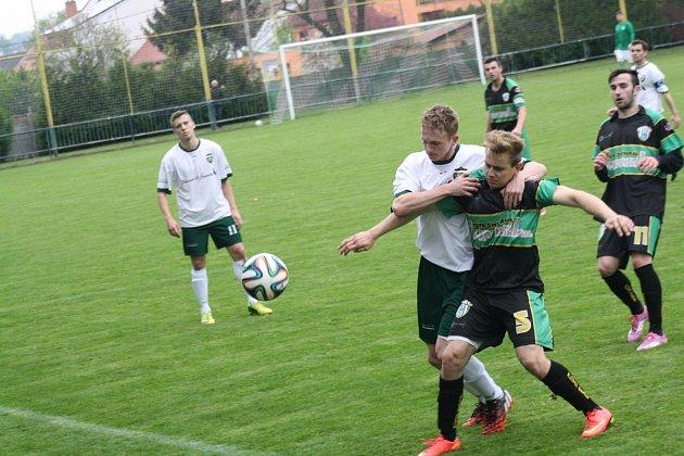 Fotbalisté Bzence (vzeleno-černých dresech) vyhráli vDubňanech 1:0. Jediný gól nedělního derby vstřelil ve 49.minutě hostující útočník Václav Matula.