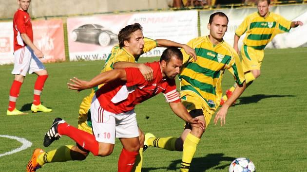 Mutěnický záložník Lukáš Koplík atakuje hostujícího kapitána Petra Darmovzala. Vinaři doma přehráli Lanžhot 5:2 a v tabulce se posunuli na šesté místo.