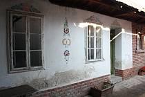 Více než sto let starý rodný dům Fanoše Mikuleckého. K budově patří úzký pozemek s několika hospodářskými stavbami.