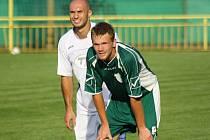 Dubňanský útočník Filip Koryčánek (na snímku v zeleném) skončil po nezaviněném souboji a nešťastném pádu v hodonínské nemocnici.