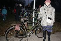 Kolem sto padesáti cyklistů se sešlo v sobotním mrazivém počasí, aby se poprvé projelo na nové cyklostezce z Veselí do Blatnice pod Svatým Antonínkem.