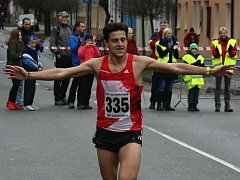 Čtyřiapadesátý ročník populárního Štěpánského běhu přinesl hned tři rekordy. Premiérový triumf si v Kyjově připsali reprezentanti Jiří Homoláč a Eva Vrabcová Nývltová. Celkem se na start tradičního vánočního podniku postavilo 259 mužů a žen.