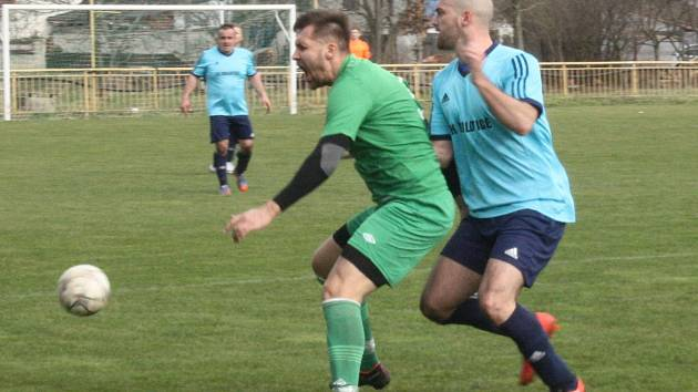 Fotbalisté Milotic (modré dresy) derby nezvládli. S Dubňany prohráli 0:1.