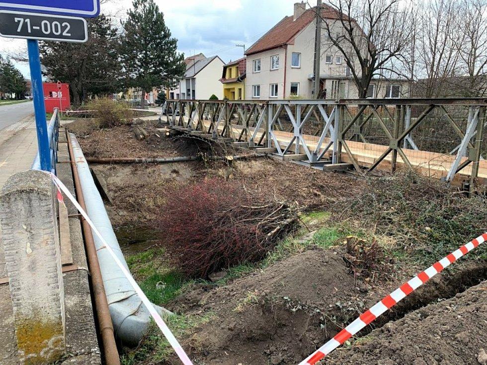 V Blatnici pod Svatým Antonínkem silničáři opravují most na silnici I/71.