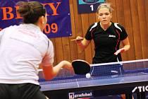 Dubňanské stolní tenistce Alexandře Pelcmanové (vpravo) se v poslední době daří. Bývalá hráčka Hodonína si v letošní sezoně poradila i s mladší sestrou Ivanou.