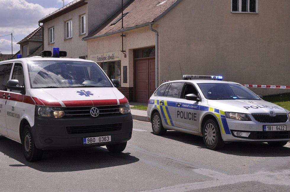 Tragédie se stala v pátek dopoledne v Dražůvkách na Hodonínsku, když z jednoho rodinného domu zazněla střelba. Zůstali po ní dva mrtví muži. Místostarosta obce a duševně labilní střelec.