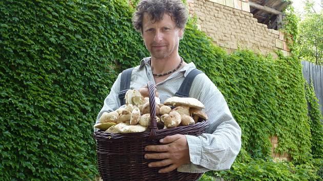 """Josef Skalka z Vřesovic přišel domů s plným košíkem hub. """"Prý, že hřiby nerostou. Vydal jsem se dnes ráno do lesa a výsledek jsem měl po dvou hodinách,"""" sdělil v pondělí Hodonínskému deníku vřesovický houbař."""