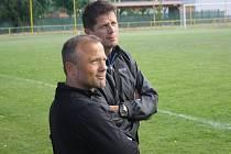 Hodonínští trenéři Jan Prčík s Petrem Krupicou sledují své svěřence při fotbalovém utkání s hokejovými rozhodčími.
