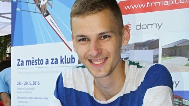 Dvacetiletý atlet Filip Sasínek (na snímku) byl jednou z hlavních postav páteční akce Hodonín v pohybu. Fanouškům se podepisoval poprvé v kariéře.