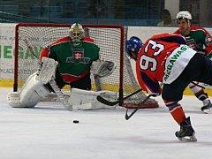 Hodonínští hokejisté (v oranžovomodrých dresech) prohráli ve čtvrtém přípravném zápase se slovenskou Skalicí 3:6. Hosté úterní duel rozhodli třemi brankami v závěrečné části.