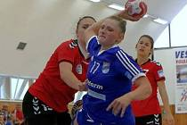 Slovenská pivotka Kristína Pastorková (na snímku v modrém) proti ŠKP Bratislava nezaujala pouze pěti vstřelenými góly, ale také výkonem.