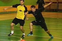 Kuci vopálený (v černých dresech) v 5. kole JM Sport ligy porazili vedoucí Beastie Boys 5:2. Na snímku bojují o míč Petr Eliáš (vlevo) a Radek Kundrata.