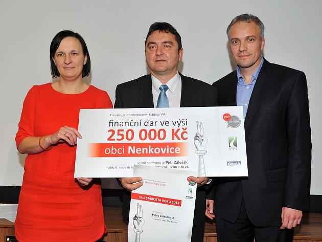 Era Starosta roku 2014 Petr Zálešák, manažerka společenské odpovědnosti Ery Alena Králíková, ředitel Nadace VIA Jiří Bárta.