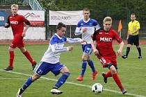 Starší dorostenci Hodonína (v červených dresech) ve 20. kole Moravskoslezské ligy porazili Znojmo 2:0 a udrželi se na osmém místě tabulky.