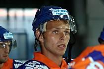 Hodonínský útočník Michal Kuba jen marně přihlíží počínání svých spoluhráčů na ledové ploše.