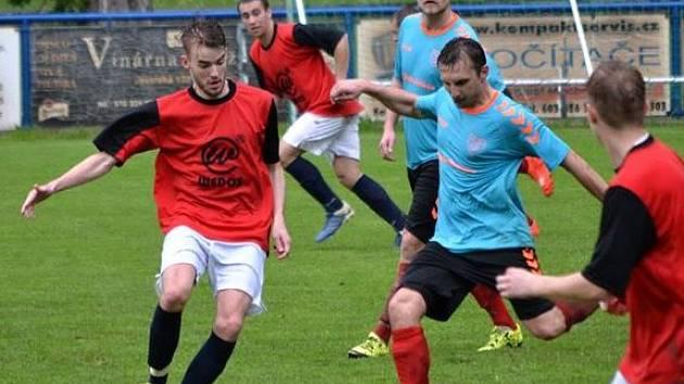 Fotbalisté Strážnice (v modrých dresech) utnuli proti Křepicím dlouhou sérii bez výhry a po výsledku 3:1 oživili šance na udržení nejnižší krajské soutěže.
