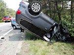 Fiat se v protisměru srazil s dvěma auty, řidiče museli vyprostit hasiči