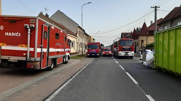 Zásah hasičů v Kyjově v Komenského třídě při vyklízení chemikálii z dvojice rodinných domů, kde byla v minulosti i velkokapacitní varna pervitinu.