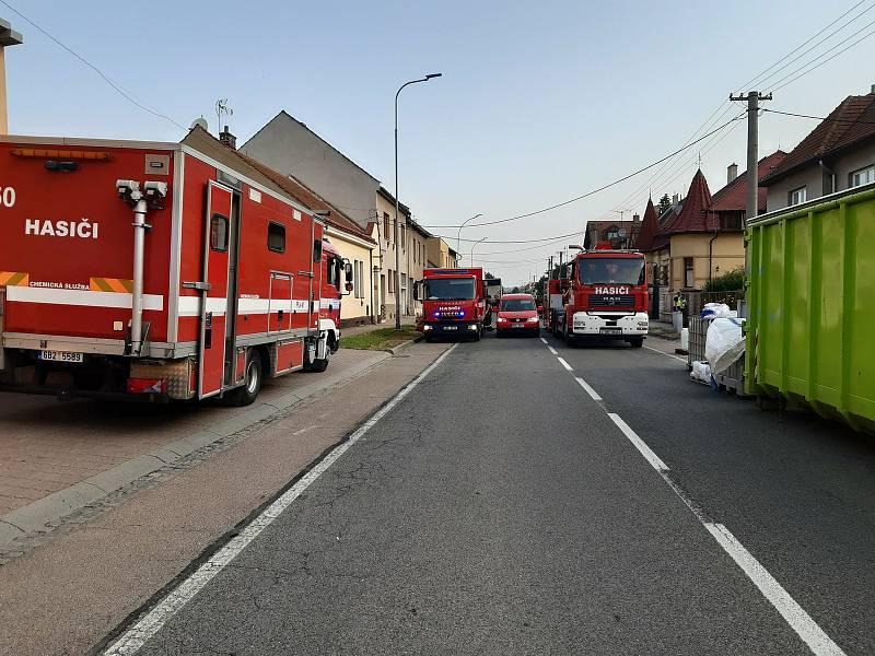 Čtvrteční zásah hasičů v Kyjově v Komenského třídě při vyklízení chemikálii z dvojice rodinných domů, kde byla v minulosti i velkokapacitní varna pervitinu.