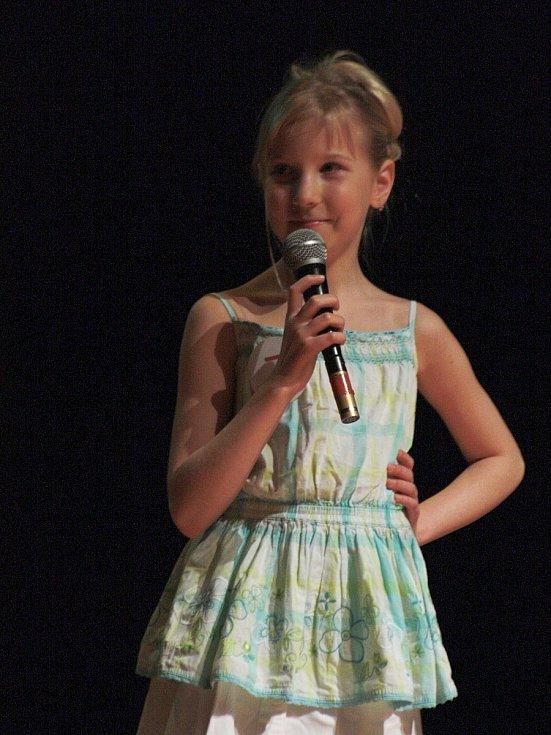 Dívky ze čtvrtých, pátých a šestých tříd soutěžily v Kyjově o titul Minimiss 2013.