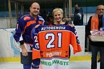 Předsedkyně hodonínského klubu Jana Gajošová před středečním utkáním předala kapitánu Petru Pokornému, který nastoupil proti Porubě k pětistému zápasu, dres a dárkový koš.