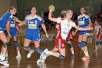 Spojka Veselí nad Moravou Nikol Vinklárková (v bílém) odehrála proti Šaľe velmi dobré utkání.