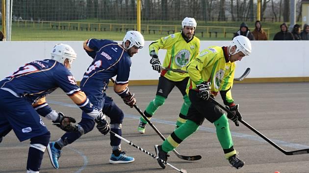 Sudoměřičtí hokejbalisté (ve žlutých dresech) v 15. kole extraligy zdolali Ústí nad Labem 2:1 po samostatných stříleních.