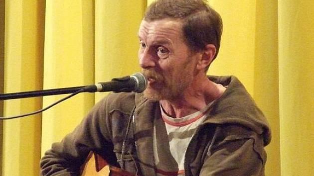 Pichlavý Jiří Schmitzer zabrnkal a zazpíval v Mikulčicích