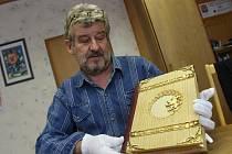 Jednatel hodonínské tiskárny Repress Milan Jeřábek s unikátní knihou Muži 28. října.