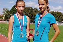 Mladé kyjovské závodnice Natálie Kolajová (vpravo) a Tereza Rybáříková přivezly z European Kids Athletics Games medaile.