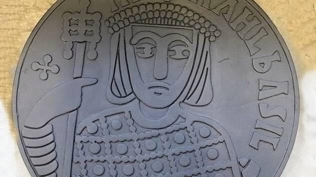 Zobrazení byzantského císaře Michaela III. ze zlaté mince solidu nalezeného v Mikulčicích u baziliky.