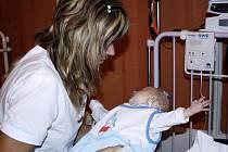Když dítě přestane dýchat, přístroj to hlasitě oznámí pípáním celému oddělení.