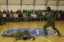 Vojáci z resortu obrany předvedli všem přítomným dynamickou ukázku boje musado. Při ní ukázali, jak se ubránit při napadení.