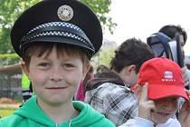 Žáci čtvrtých tříd ze škol Kyjovska se v úterý dopoledne podívali na ukázky policejní práce, práce záchranářů i na výcvik policejních psů. Většinu aktivit si i vyzkoušeli.