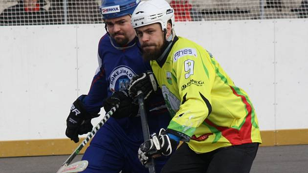 Sudoměřičtí hokejbalisté (ve žlutém) skončili letošní extraligovou pouť ve čtvrtfinále play off. Mostu podlehli 2:3 na zápasy.