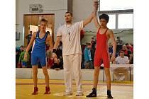 Mladý hodonínský zápasník Jakub Šimčík (na snímku v červeném) ovládl mezinárodní turnaj o Pohár starosty Marcelové, kde si podmanil váhovou kategorii ve váze do padesáti kilo.